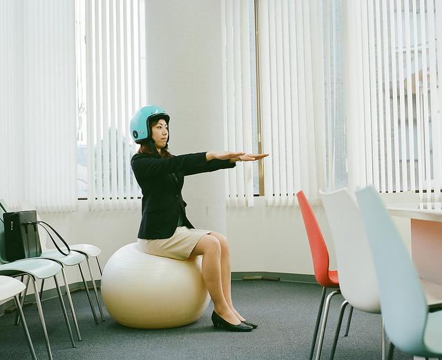 Jak ćwiczyć w miejscu pracy? Wykorzystaj każdą chwilę, aby ruszyć się zza biurka.